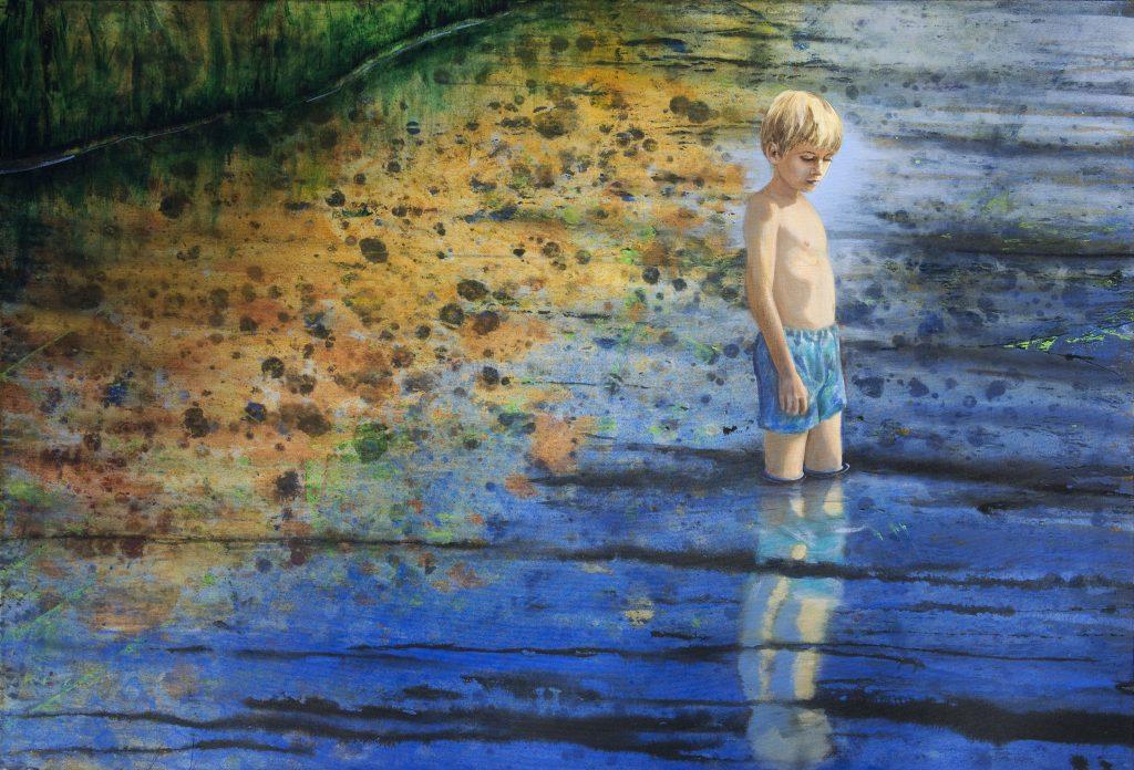 Eine meiner Landschaftsvisionen Junge in Badehose steht im Wasser, träumt.