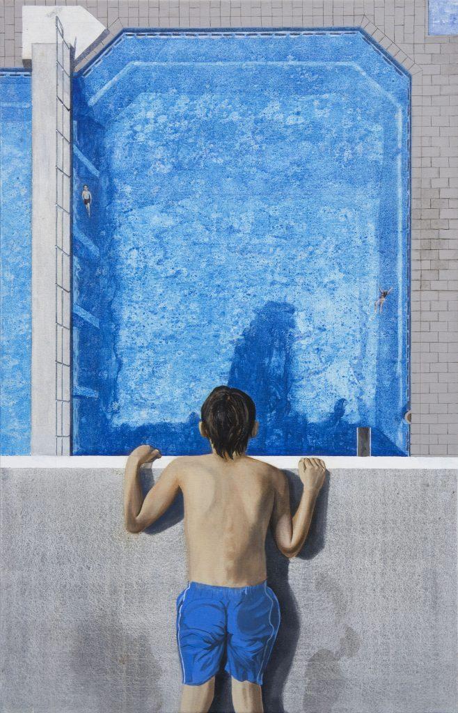 Realistische Acrylmalerei: Ein Junge in Badehose liegt auf Sprungturm und schaut ins Schwimmbecken.