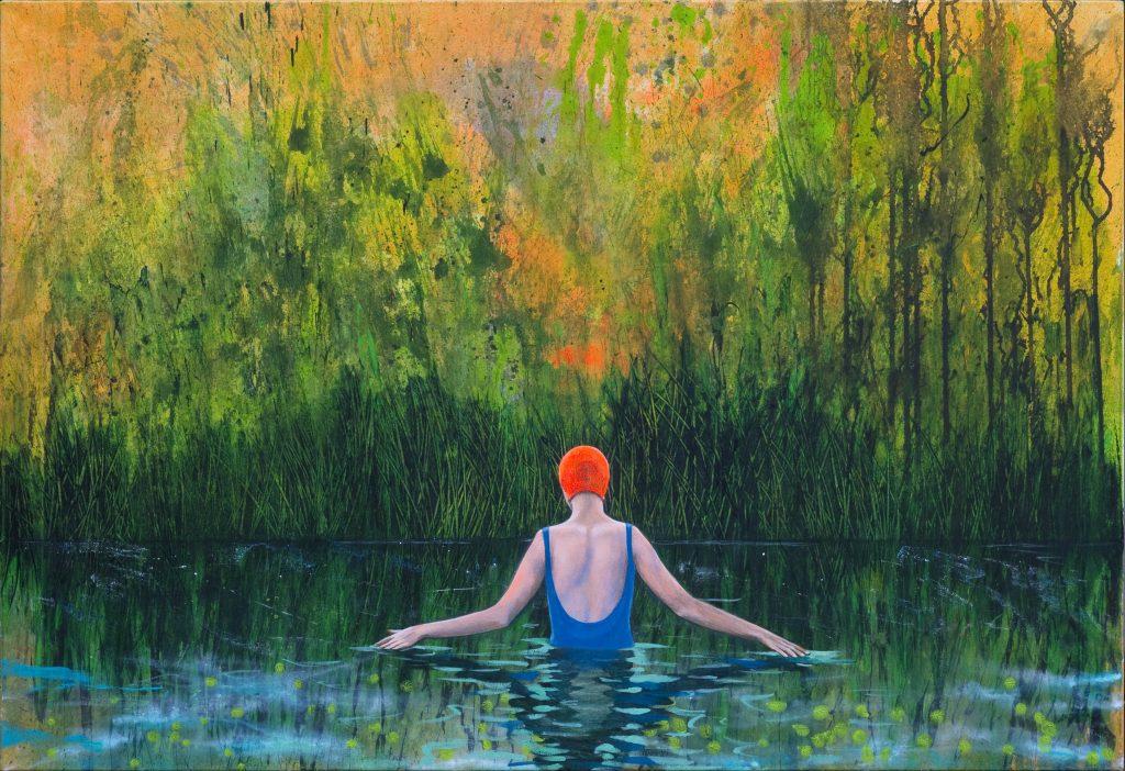 Eine Frau in Rückenansicht steht bis zum Oberkörper in einem Teich, der von Wald umgeben ist. Es herrscht ruhige, abendliche Stimmung.